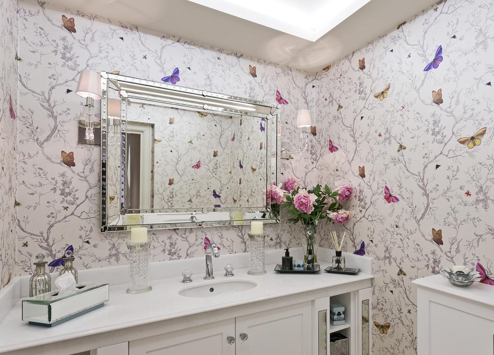 salle de bain avec l'inimitable papier peint